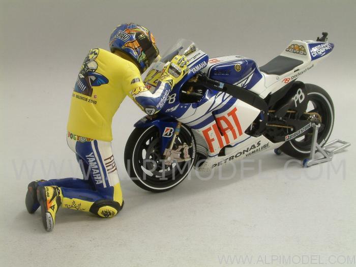 minichamps Yamaha YZR-M1 MotoGP Valencia 2010 (dirty) with figurine Valentino Rossi (Gift Box ...